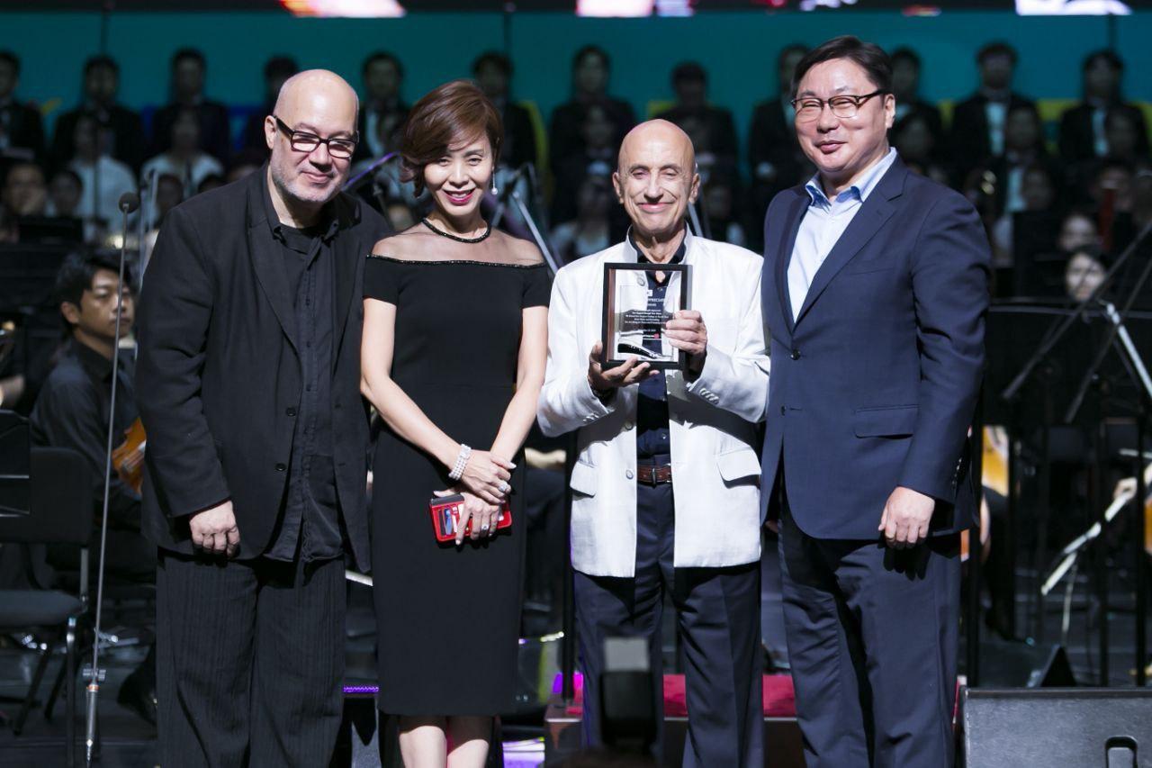 From left, Susan Yang and Menas Kafatos accept an award.