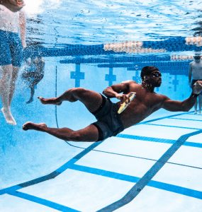 swimmer with the toy torpedo underwater competing